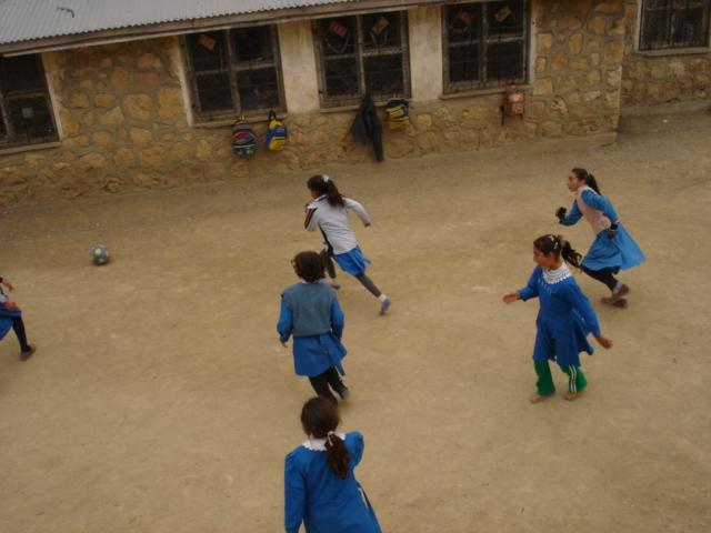 ilkokul-kizlari-top-oynuyor-dumlu-koyu-adiyaman